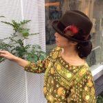 初秋の装いを帽子でアップデート